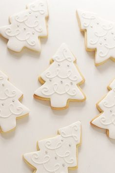 I love the frosting design of these elegant tree cookies. I love the frosting design of these elegant tree cookies. Christmas Tree Cookies, Iced Cookies, Christmas Sweets, Christmas Cooking, Noel Christmas, Christmas Goodies, Cookies Et Biscuits, Holiday Cookies, Cupcake Cookies