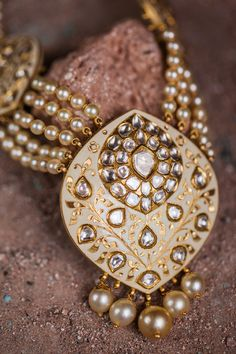 Check Indian Designer Jewellery by Sunita Shekhawat, who is famous around the world. Know more about the various collection and designs of Indian jewellery. Mughal Jewelry, India Jewelry, Antique Jewelry, Jewelry Armoire, Gold Jewellery Design, Gold Jewelry, Designer Jewellery, Pearl Jewelry, Pendant Jewelry