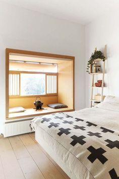 Inspiration zen pour cette chambre à coucher avec une banquette en bois sympa