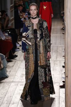 •VALENTINO• Exhibición de alta costura Temporada:Otoño-Invierno 2016/17 Lugar: -- Día:06-07-17 Imágenes Cr:https://www.businessoffashion.com/fashion-week/2016aw-couture/valentino/collection/look/1 #VALENTINO #HauteCouture