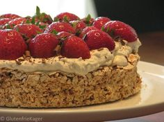 Mandeldrøm rabarber jordbær is part of Desserts - Cake Cookies, Cupcake Cakes, Cake Recipes, Dessert Recipes, Danish Food, Snacks, Cakes And More, Party Cakes, Let Them Eat Cake