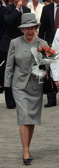 March Queen Walking With Deputy President Mbeki On Arrival In South Africa. Queen And Prince Phillip, Prince Charles And Diana, Queen Hat, Queen Dress, Fascinator, Prinz Philip, Windsor, British Royal Families, Royal Queen