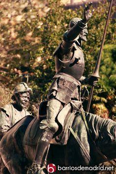 Estatua de Quijote y Sancho Panza en la Plaza de España en el Monumento a Miguel de Cervantes.