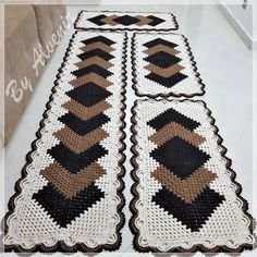Granny Square Runner Pattern Diagram and Inspiration Crochet Table Runner Pattern, Crochet Square Patterns, Floor Rugs, Doilies, Bohemian Rug, Diy And Crafts, Area Rugs, Knitting, Pasta