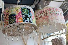 Lámparas con género estampado (Morfeo Deco, consultar precio). Foto: Gentileza prensa
