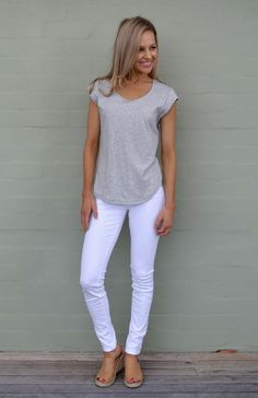 Cap Sleeve T-Shirt (Organic Cotton) Women's Light Grey Marl Organic Cotton Cap Sleeve T-Shirt with Sweetheart Neckline and Side Detailing by Smitten Merino - Outfit Ideen Summer Work Outfits, Spring Outfits, Look Fashion, Fashion Outfits, Fashion Trends, Fashion Guide, Fashion Hacks, Fashion Shoes, Fashion Design