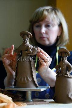 Кировский бренд - дымковская игрушка фото 15 Body Sculpting, Russian Fashion, Russian Art, Folklore, Traditional Art, Face And Body, Handicraft, Art For Kids, Giraffe