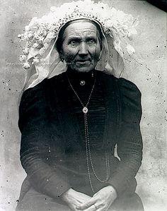 Bergeijk, Westerhoven, Vrouw met poffer en lang halssnoer. Foto: Baken, Johannes Adrianus - 1905 #NoordBrabant