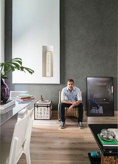 A ideia de que cores escuras diminuem os ambientes foi desmistificada no apartamento de 72 m² do arquiteto Ricardo Brito. Ele apostou no masculino contraste entre preto e branco