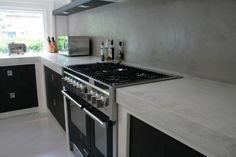 Hier tonen wij voorbeelden van wat er gedaan kan worden met de achterwand van uw keukenblad of kookplaat. Om de muur te beschermen kunt u kiezen voor een hardglazen plaat, eventueel met de achterzijde gecoat in kleur, of u kunt kiezen voor Vestingh Wandcoating, een transparante, niet verkleurende beschermlaag. - muur in betonlook