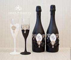 """Свадебные бокалы """"Инь-Ян"""" – купить в интернет-магазине на Ярмарке Мастеров с доставкой - D6M6TRU Wedding Flutes, Wedding Unity Candles, Bling Wedding, Wedding Sets, Wine Glass Crafts, Wine Bottle Crafts, Bottle Art, Bridal Glasses, Wedding Glasses"""