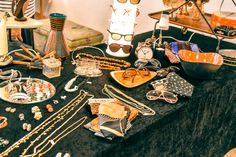 Vintage jewelry and decorations Vintage Market, Vintage Jewelry, Table Settings, Decorations, Ethnic Recipes, Food, Vintage Marketplace, Dekoration, Essen