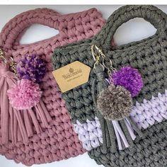 ❤❤bolsa com pompom❤❤ Diferente tb! Quem apareceu com essa ideia linda foi a @crochet_encantado , passou dos limites com tanta belezura! Amei demais a delicadeza do pompom❤❤❤ . . @karineferbela @renatamarengo @talitafiodemalha @tecelart @sufiosdemalha @mapetitcrochet @crochet_encantado @nadiadelboniperches #trapilho #fiosdemalha #fiodemalha #crochetaddict #handmade #handmadewithlove #totora #alfombra #shirtyarn #feitocomamor #decor #knit #knitting #rugs #croche #crochet #artecomfiosdemalha…