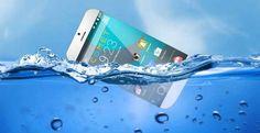 Telefono Android che galleggia in acqua