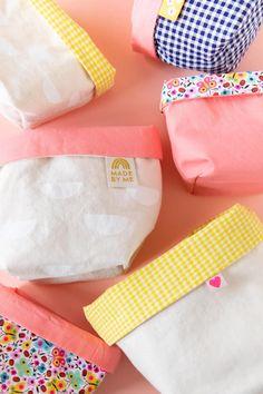Simple fabric storage bins - tutorial from Sarah Hearts Fabric Storage Bins, Fabric Bins, Fabric Yarn, Lining Fabric, Fabric Scraps, Cute Diy Projects, Easy Sewing Projects, Fabric Hair Bows, Fabric Scissors