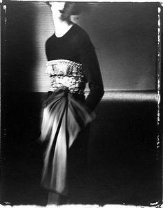 """La grande fotografia di moda. Lo stile personalissimo di Sarah Moon per un abito di Bill Blass (1993): tra sfocature ed effetti """"ghost"""", del modello arriva la linea, la suggestione"""