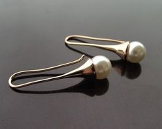 Such a classically beautiful wedding earring choice. Will add that touch of luxurious glamour to your wedding day look with it's understated rose gold finish. Rose Gold Accessories, Wedding Accessories, Rose Gold Pearl, Pearl Earrings Wedding, Swarovski Pearls, Gold Wedding, Ear Piercings, Wedding Jewelry, Beautiful