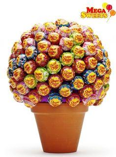der Mega Sweet Lolli Baum von Chupa Chups  überzeugt als richtiger Hingucker! 130 Lutscher wurden hübsch verpackt und stehen euch bereit.