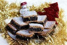 """""""Makoholičky"""" pozor, pozor! Mám tu jednu špecialitku, ktorá sa postará o tú pravú atmosféru Vianoc u vás doma. Šťavnatý, lahodný koláčik plný maku, medu a orieškov. Bez štipky cukru a sladučký až-až. Inak, vedela si o tom, že mak obsahuje 12 x viac vápnika ako kravské mlieko, veľavlákniny a máličko sacharidov? Na našom stole rozhodne… Continue reading → Healthy Cookies, Healthy Sweets, Christmas Candy, Christmas Baking, Sweet Desserts, Sweet Recipes, Oreo Cupcakes, Pavlova, Desert Recipes"""