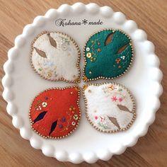 メリークリスマスイブ!    季節を運ぶ花鳥のブローチを  クリスマスカラーで。    お皿に乗せると何だかクッキーみたい。    今日が皆さんにとって幸せいっぱいの1日になりますように…✨ #刺繍  #刺繍作家  #刺繍ブローチ  #刺繍アクセサリー  #絵本   #写真好きな人と繋がりたい   #コハナメイド  #鳥  #ブローチ  #メリークリスマス