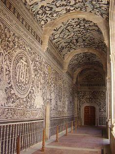 Convento Agustino de Malinalco, Edo de Méx. Se aprecian las bellas pinturas murales que decoran el monasterio, las del claustro bajo son originales del siglo XVI y fueron pintadas por excelentes artistas indígenas de Malinalco