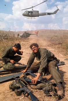 March Recovery of a LOH Helicopter from Laos Vietnam War Photos, North Vietnam, Vietnam Veterans, Ernesto Che Guevara, Military Drawings, Vietnam History, War Photography, Indochine, Modern History