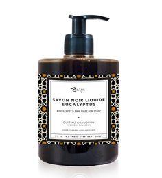 Baïja propose ce savon noir liquide à l'huile essentielle d'eucalyptus. Fabriqué dans le respect des méthodes traditionnelles, ce savoir noir est composé principalement d'huiles de coprah et d'olive adoucissantes. Après avoir pris un bain chaud, on laisse poser une couche épaisse de ce savon noir sur tout le corps pendant 10 minutes, avant de rincer.…