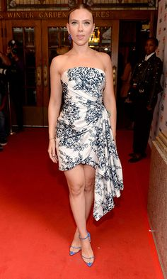 Scarlett Johansson at Marriage Story premiere at Toronto Film Festival 2019 Emily Ratajkowski, Scarlett Johansson Legs, Celebrity Dresses, Celebrity Style, Black Widow Natasha, International Film Festival, Charlize Theron, Red Carpet Looks, Red Carpet Dresses