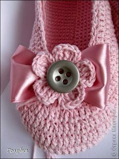 Crochet slippers - pattern isn't in English, but the bow could be added to any slippers. Crochet Boots, Crochet Baby Booties, Crochet Slippers, Love Crochet, Crochet Flowers, Knit Crochet, Crochet Beanie, Pink Slippers, Summer Slippers