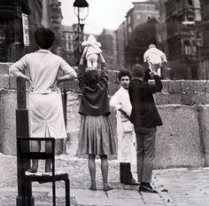 Photo plutôt banales à première vue, mais qui prend un grand sens sentimental quand on apprend que ces parents tiennent leurs bébés par dessus le Mur de Berlin pour les montrer aux membres de la famille qui se trouvaient de l'autre côté du mur...