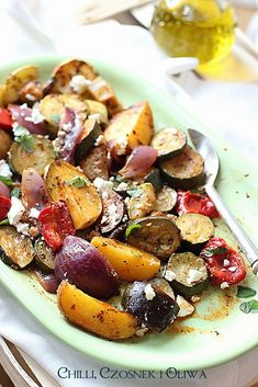 Briami czyli ratatouille dla leniwych i letni protest Greek Recipes, Vegan Recipes, Baked Vegetables, Summer Dishes, Ratatouille, Brie, Superfood, Potato Salad, Salads