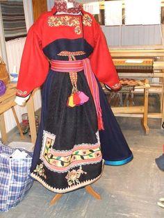 Gammel bunad vises fram på medlemsmøte i Hovin husflidslag Folk Costume, Costumes, Traditional Dresses, Norway, All Things, Special Occasion, Brother, Rabbit, Sari