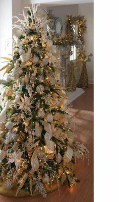 White and Gold Christmas tree decorations Silver Christmas Decorations, Christmas Tree Themes, Noel Christmas, Winter Christmas, Holiday Decor, Xmas Trees, Gold Ornaments, Holiday Tree, Gold Decorations