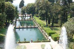 Arriviamo ora a Villa d'Este, rimanendo sempre a Tivoli. Questa villa affascina soprattutto per la bellezza dei suoi giardini italiani e per le sue fontane e giochi d'acqua (vi sono 200 zampilli, 250 cascate, 100 vasche e 5o fontane).