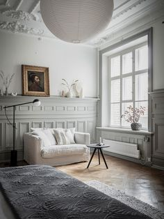 White le grand air love seat in the corner of a grey and white bedroom in a century swedish apartment Danish House, Dutch House, Swedish House, French Country House, Cozy Living Rooms, Living Room Furniture, Lustre Retro, Grande Armoire, Riverside House