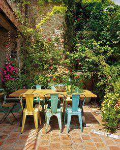 Nos Andromena vont aussi à l'extérieur : http://www.kavehome.fr/chaise-andromena-jaune.html
