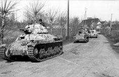 Juni 1944 Frankreich/Belgien (Flandern).- Kolonne erbeuteter französischer Panzer hotchkiss h35 der deutschen Wehrmacht bei Fahrt auf Landstraße