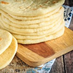 This homemade soft flatbread recipe is super easy to make and is perfect for sandwiches, gyros or even mini pizzas. Easy soft flatbread you will love! Artisan Bread Recipes, Bread Machine Recipes, Baking Recipes, Snack Recipes, Yummy Recipes, Soft Flatbread Recipe, Flatbread Recipes, Good Foods To Eat, Food To Make