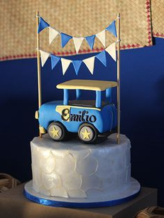 We love how Sugar Mom Bakery made the fondant look like inlaid capiz, and the jeepney topper framed by banderitas was just adorable.