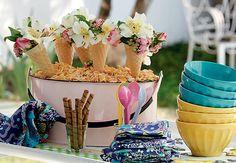2 meses - Bodas de sorvete - Que tal incrementar a decoração com flores dentro de casquinhas de sorvete? Um arranjo bem simples, barato e totalmente surpreendente.