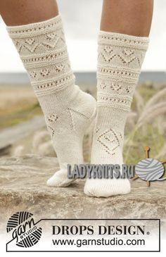 "Вязаные спицами ажурные носочки ""Светлая сторона"" от Drops Crochet Socks, Knitted Slippers, Knit Mittens, Slipper Socks, Knit Or Crochet, Free Knitting, Knitting Socks, Loom Knitting, Knitting Patterns Free"