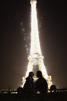 I visited the Eiffel tower in Sept 2011 but unfortunently didnt see it at night :(