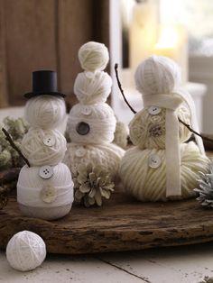 Little snowmen made of wool are truly magical.   /  Kleine Schneemänner aus Wolle sind wirklich zauberhaft.