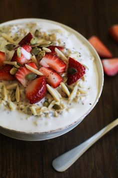 These filling vegan Strawberry Oatmeal Breakfast Bowls include chia seeds, slivered almonds, coconut milk, and they're naturally sweetened with maple syrup. Brunch Recipes, Breakfast Recipes, Breakfast Ideas, Healthy Nuts And Seeds, Strawberry Overnight Oats, Overnight Oatmeal, Little Lunch, Cooking Recipes, Healthy Recipes