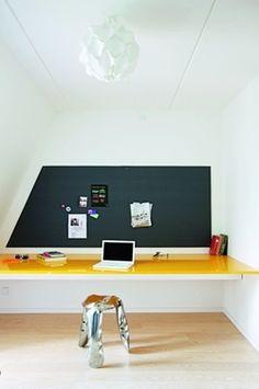 Bureau épuré et coloré