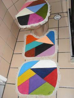 JG DE BANHEIRO COLCHA DE RETALHO Tapetes Diy, Modern Curtains, Quilted Table Runners, Sewing Basics, Bathroom Sets, Diy Art, Toilet, Upcycle, Hello Kitty