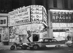 """Quelque part aux USA, cinéma présentant le """"Le Milliardaire"""" de George Cukor 1960 - source 40s & 50s American Cars. https://www.youtube.com/watch?v=zOhG8UDbfTA"""