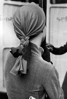 Schiaparelli plait hat 1951. Photo: Regina Relang