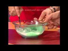 In deze video wordt uitgelegd hoe men aan de hand van enkele stoffen een soort slijm kan maken. Dit slijm kan gebruikt worden als decoratie