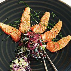 Sashimi von Lachs mit Algensalat